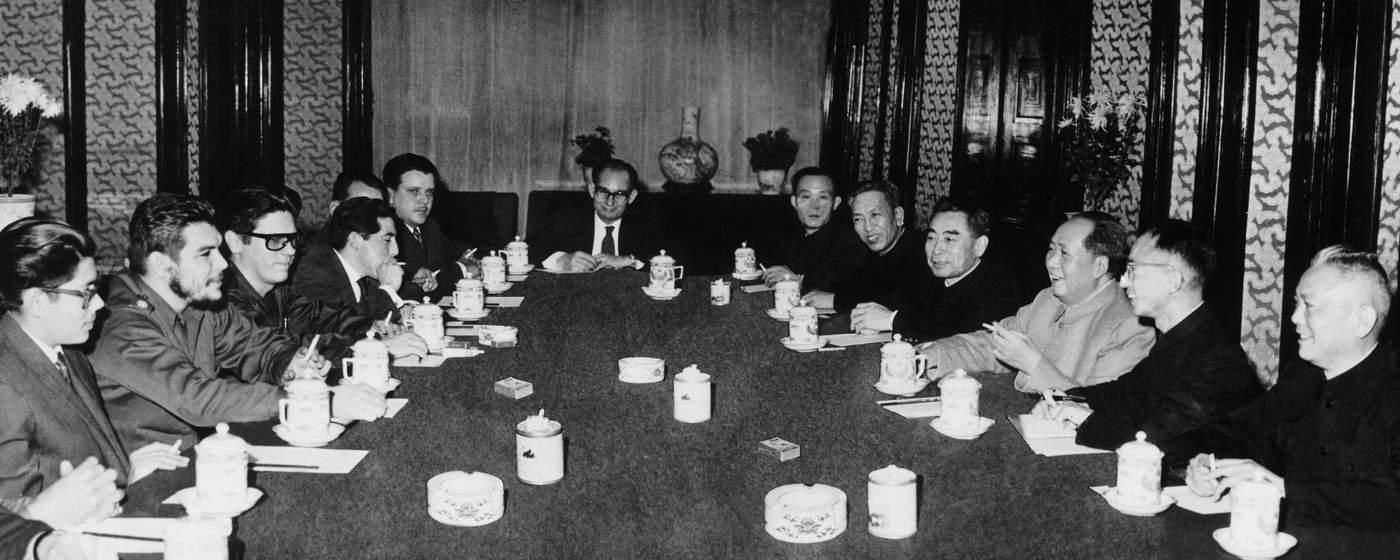 Ernesto Che Guevara en su gira por China se entrevista con el secretario general del Partido Comunista Chino, Mao Zedong. (Keystone-France\/Gamma-Keystone via Getty Images)