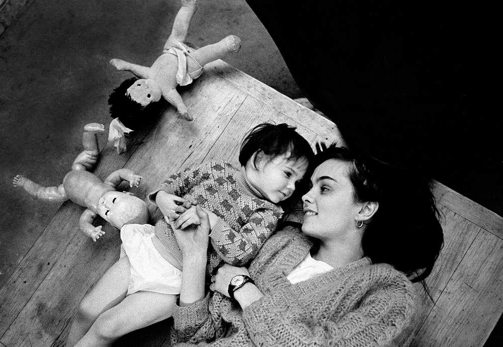 Hurn's then wife, model and actress Alita Naughton with their daughter Sian