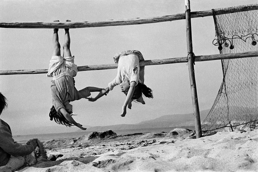 Sergio Larrain: Fishermen's daughters in the village of Los Horcones, Chile, 1956