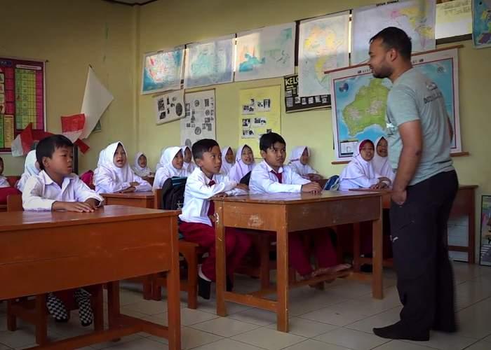 Ade Imansyah talks to school children