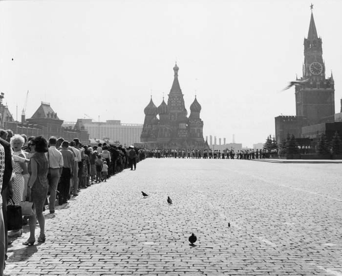 1950: The queue to see Lenin's body stretches across Red Square