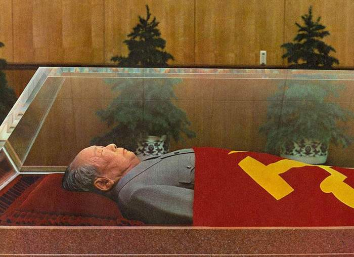 毛泽东遗体保存在位于天安门的毛主席纪念堂内