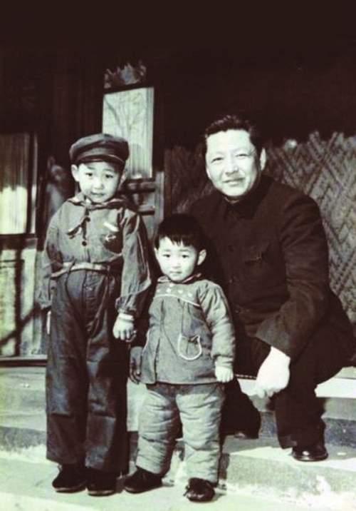 习近平(左)幼年时与弟弟和父亲的合影
