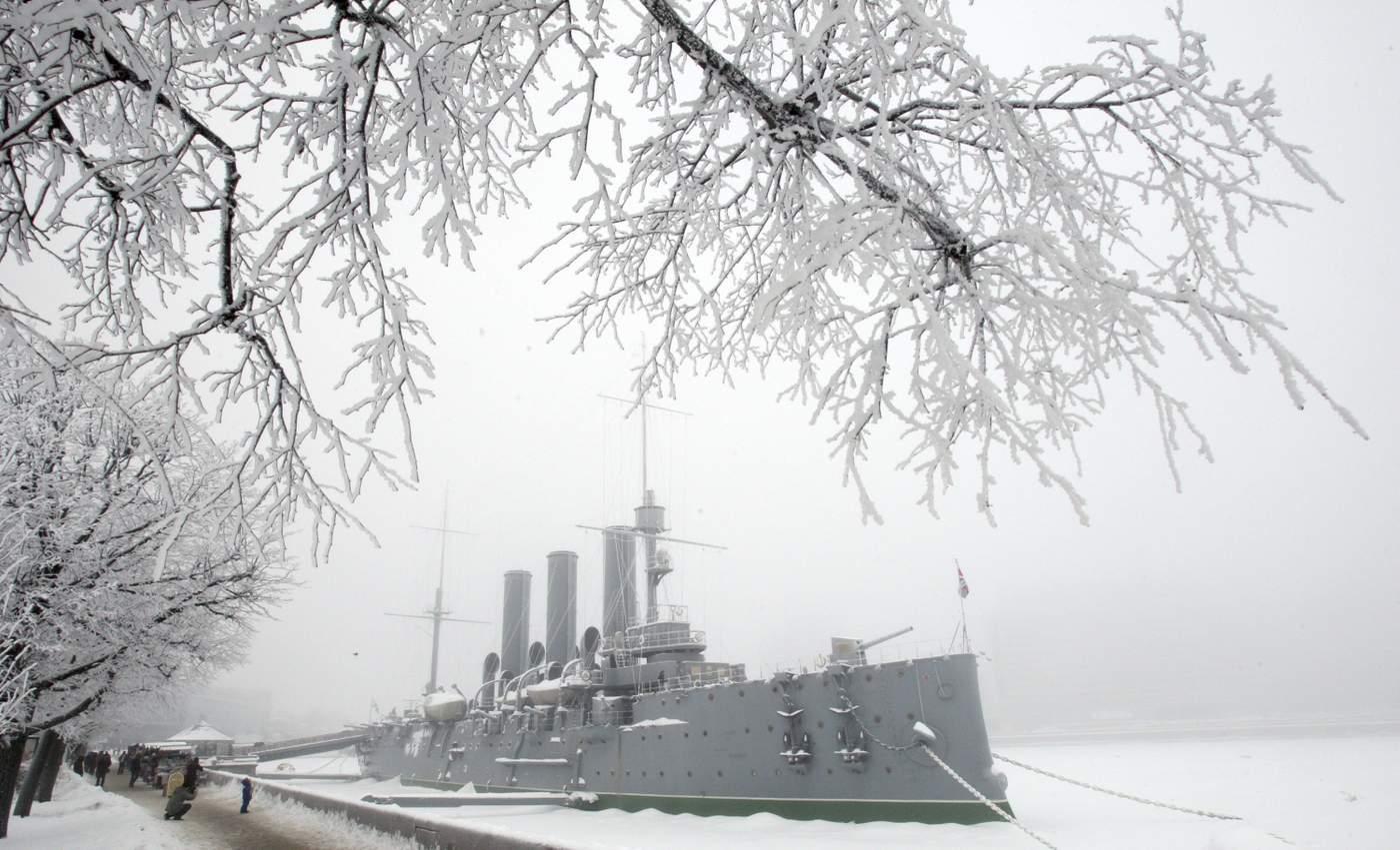7 Kasım akşamı Kışlık Saray'a top atışları yapan Aurora savaş gemisi