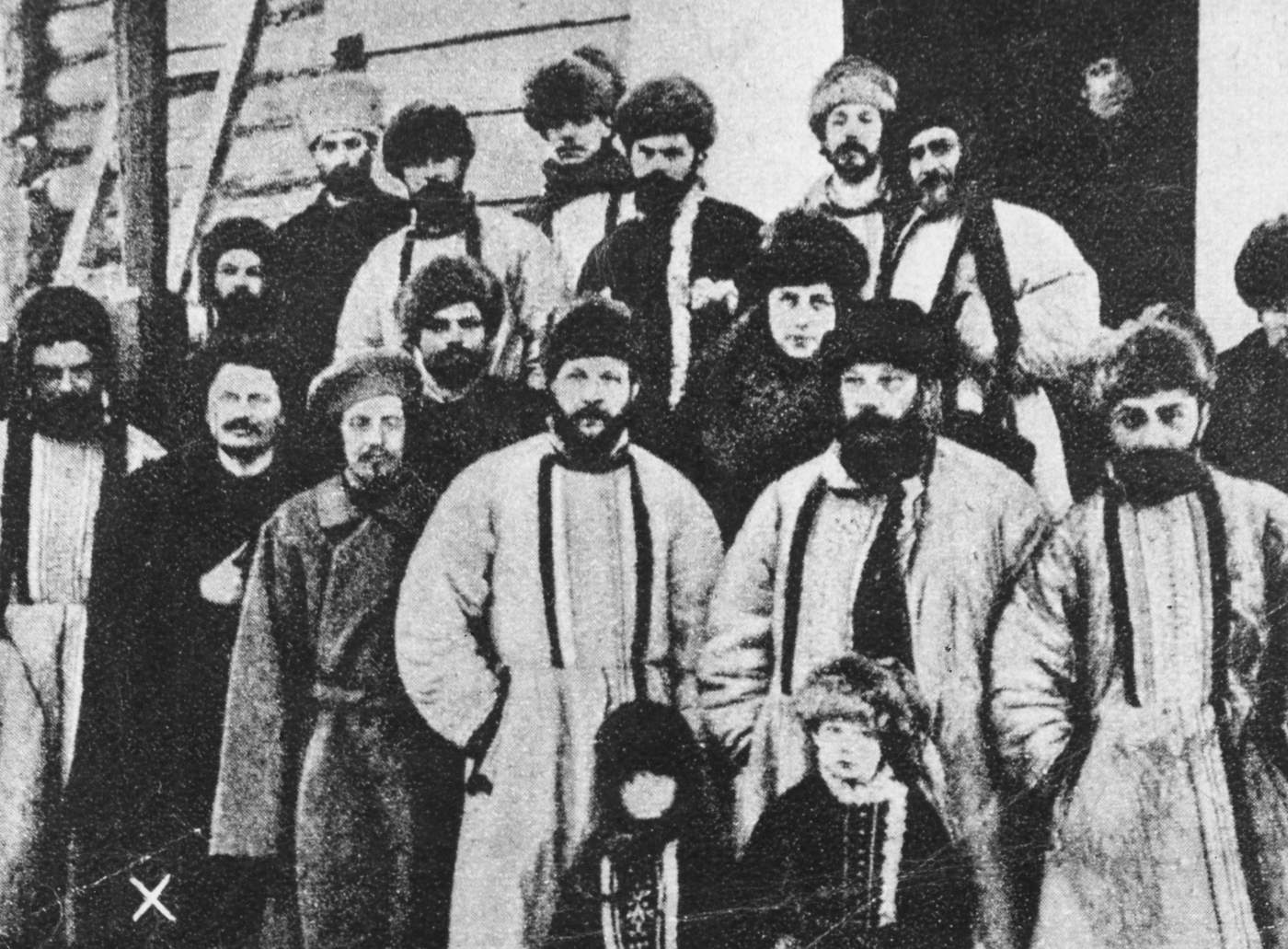 1905'teki St. Petersburg Sovyeti, 12 yıl sonra kurulacak Petrograd Sovyeti'ne ilham vermişti. Fotoğrafta Troçki önde, soldan ikinci sırada.