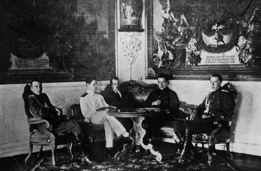 Kerenski (sağdan ikinci) halkın itirazlarına rağmen savaşa devam edilmesi gerektiğini savunuyordu