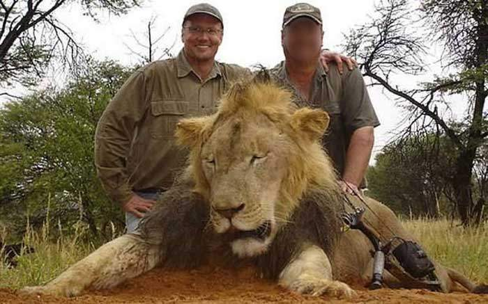 Amateur hunter Walter Palmer (l) poses with a lion (not Cecil)