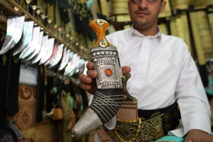 Sừng tê giác thường được sử dụng như tay cầm của dao găm truyền thống ở Yemen gọi là jambiyas.