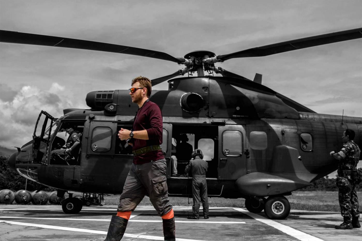 Ekiptekilerden Ivan Prates, askeri helikoptere binmek üzereyken.