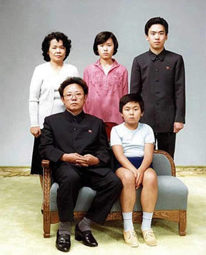 كيم جونغ نام الصغير (الجالس الى اليمين) مع أسرته في عام 1981
