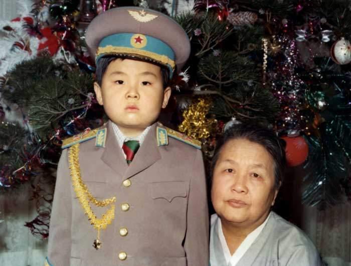 كيم جونغ نام مع جدته لأمه في عام 1975