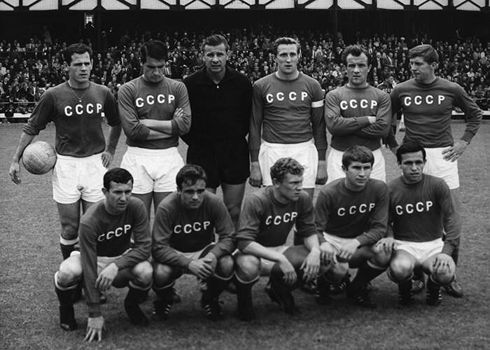 Yashin (back row, third from left) with the Soviet Union national team in 1966