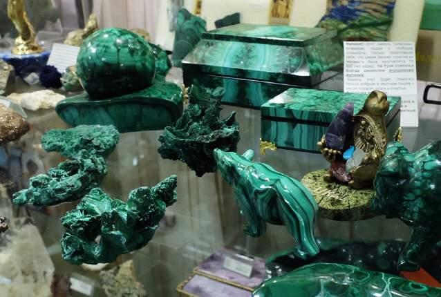 بسیاری از سوغاتیهای یکاترینبورگ از سنگ مرمر سبز که در رشته کوه اورال در نزدیکی این شهر به وفور وجود دارد، ساخته میشوند