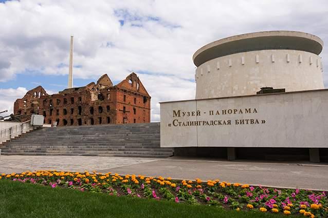 موزه پانورامای نبرد استالینگراد و در سمت چپ آن، کارخانه آردسازی گرهارت.
