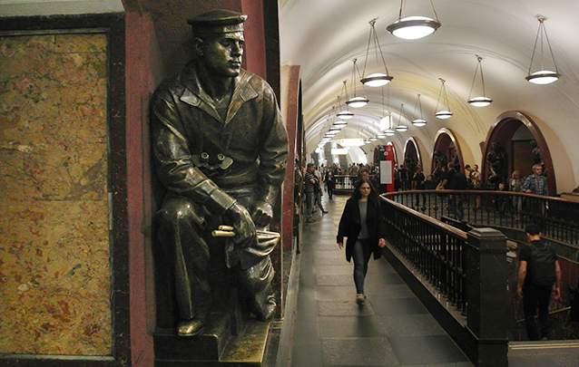 مجسمه اولیمپ روداکوف جوان در ایستگاه  پلوشاد روالیوتسی (میدان انقلاب)، او بعدها یک  افسر رده بالای نیروی دریایی شد.