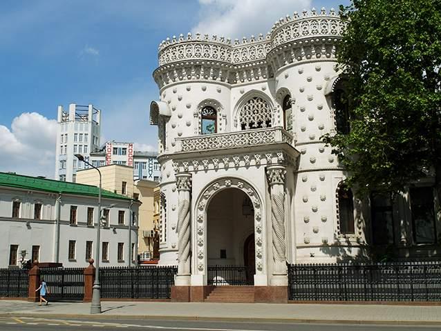 ساختمان آرسنی موروزوف در خیابان ووزدویژنکا و پشت آن ساختمان ماسلپروم که به سبک کانستراکتیویستی ساخته شده است.
