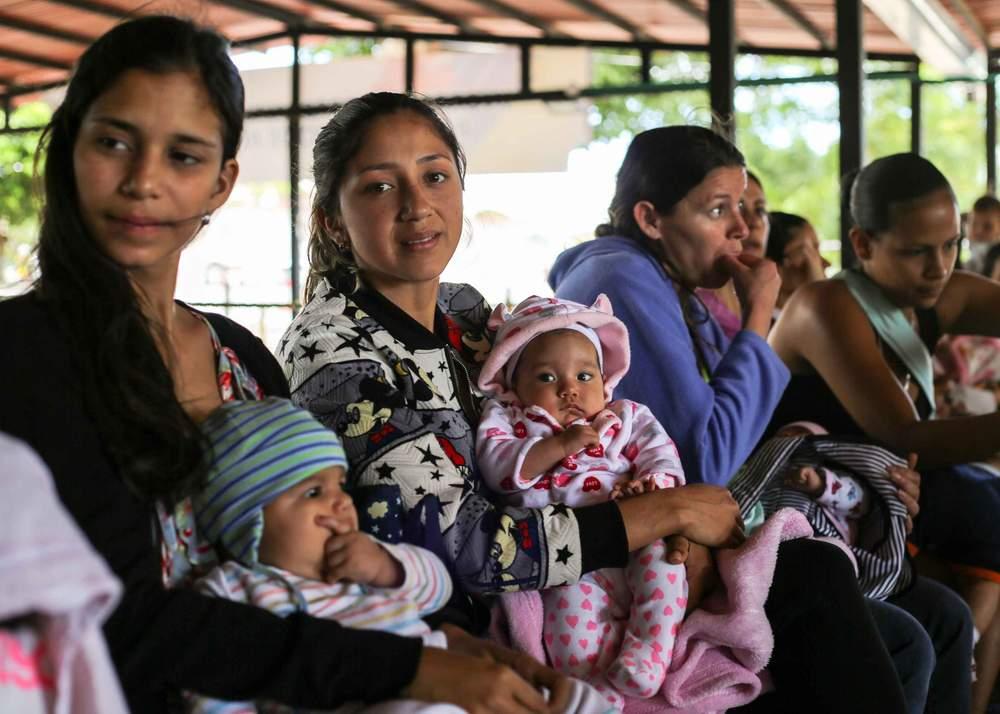 Celene Cacique (segunda a la ziquierda) con su bebé Isabella