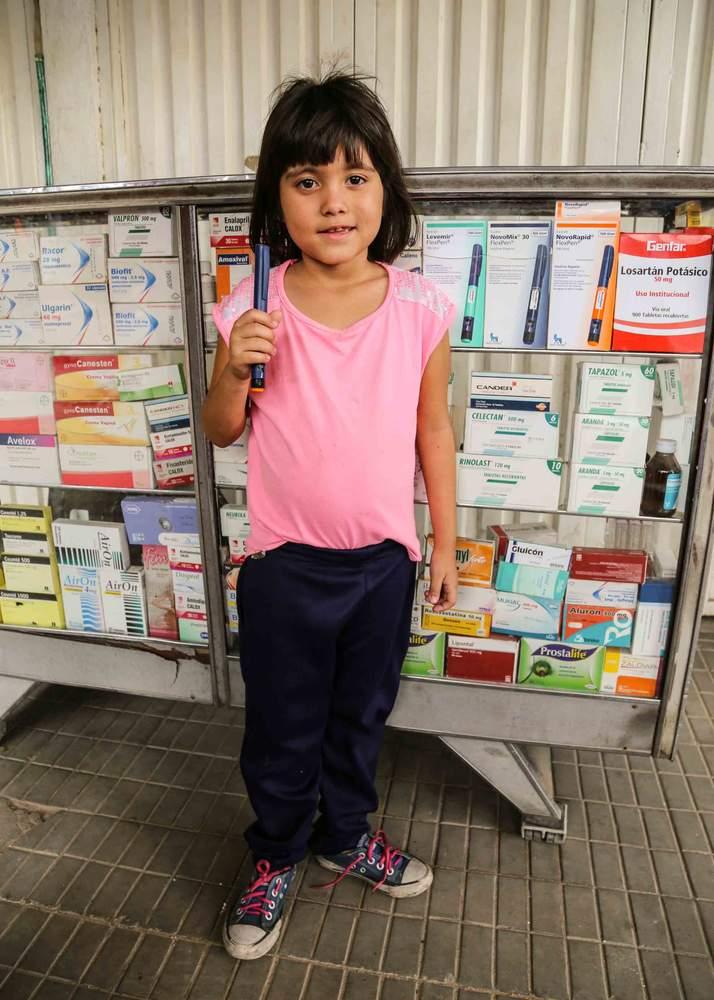 Andrea con una inyección de insulina.