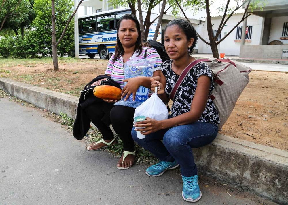 埃莉安娜和朋友步行到潘普洛納市