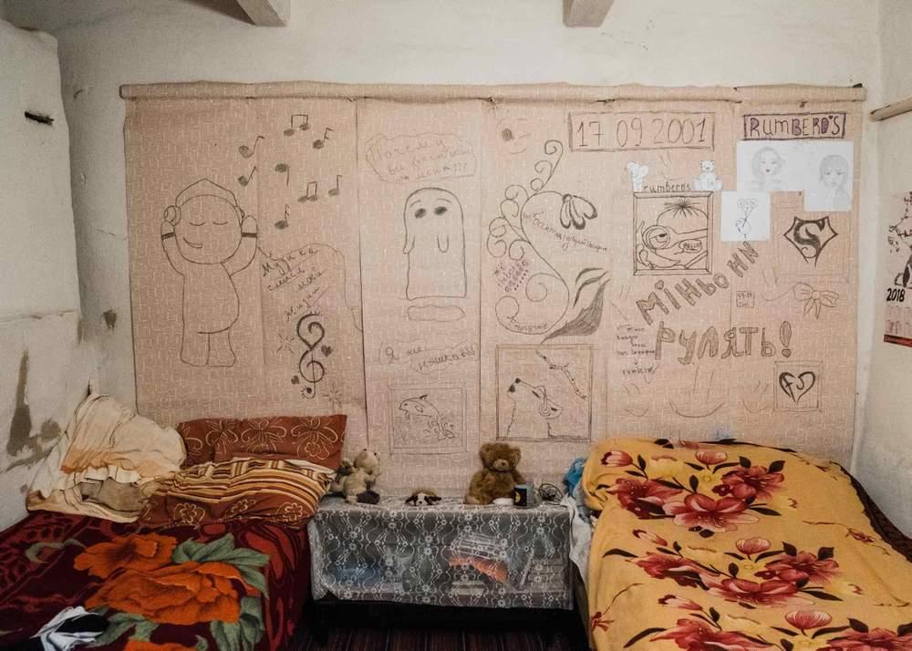 Стіни в кімнаті сестри Ірини обклеєні її малюнками