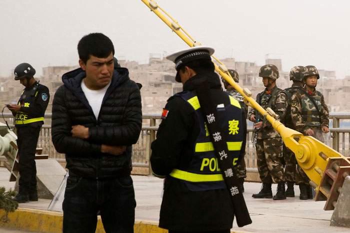 2017年3月,新疆喀什的一個警察檢查站