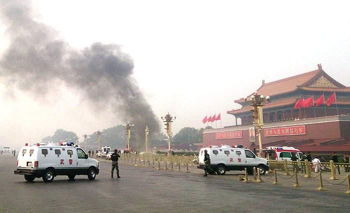 2013年10月,天安門廣場發生汽車襲擊事件,兩人死亡,現場被封鎖