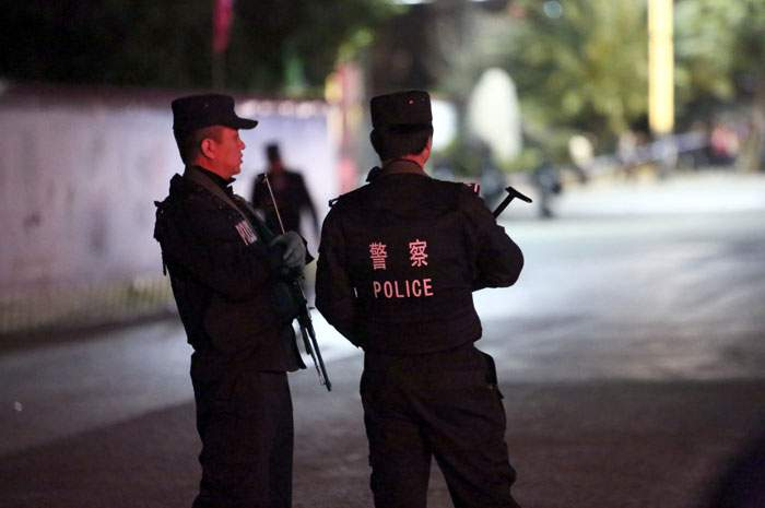 มี.ค. 2014: ตำรวจเดินตรวจตราหลังชาวอุยกูร์ก่อเหตุใช้มีดไล่แทงคนในเมืองคุนหมิง