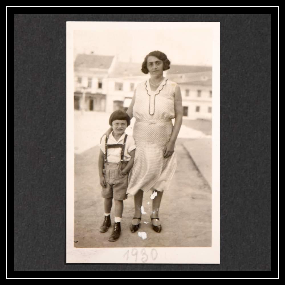 Хедвиг и Курт около семейного магазина в Гмюнде, 1930 год