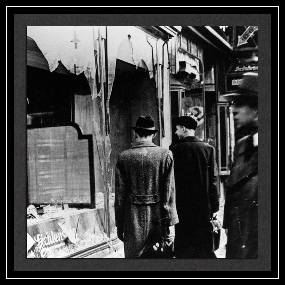 Разбитое окно еврейского магазина в Берлине (Getty Images)