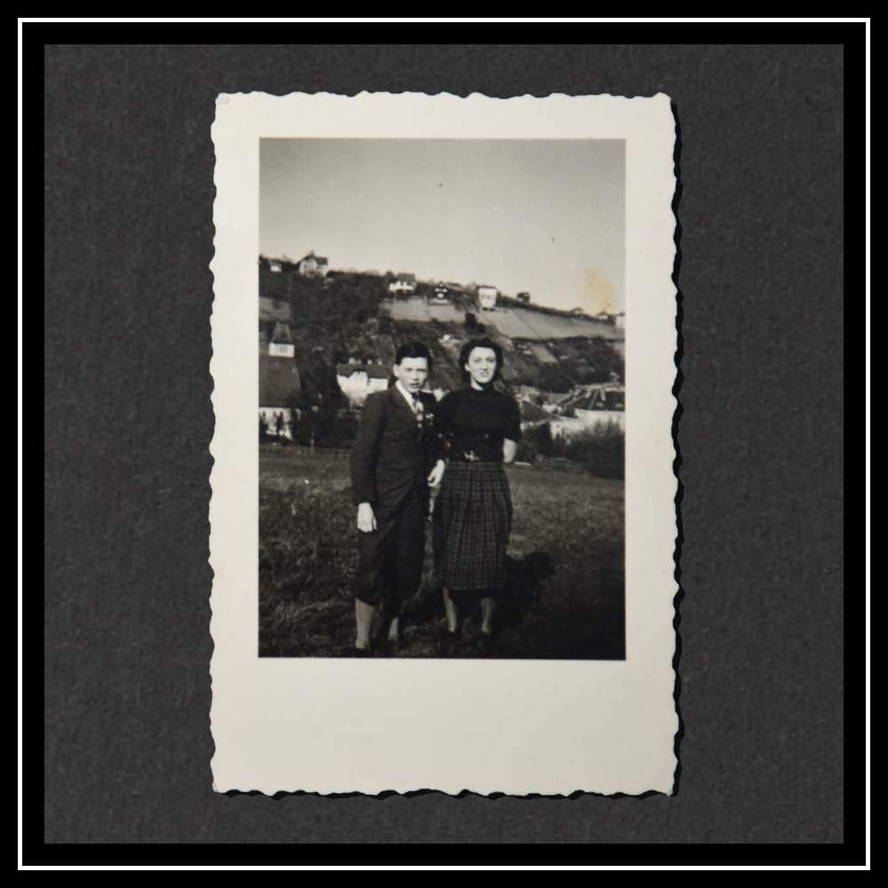 Курт и его двоюродная сестра (дочь Отти) в апреле 1939 года в Вене.