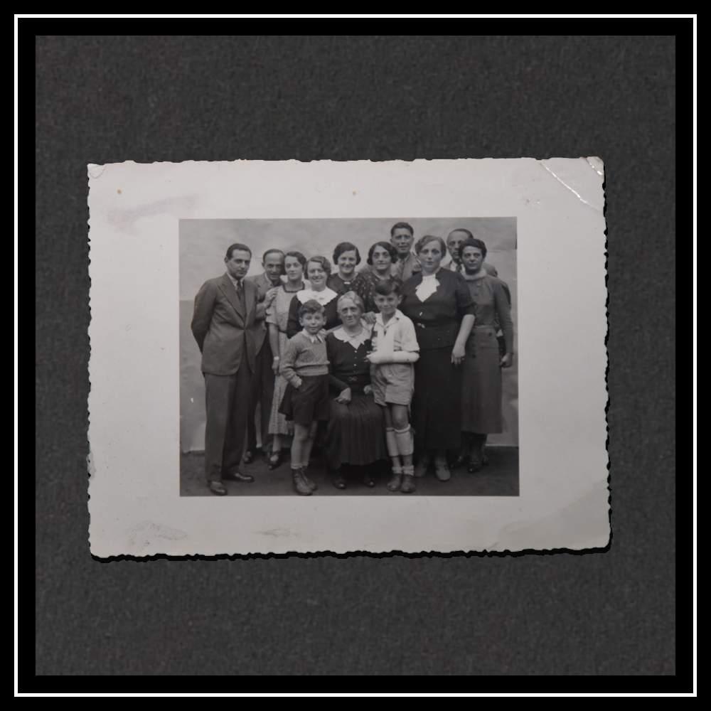 Хедвиг с пятью братьями и сестрами, и их несколькими супругами. На переднем плане мать Хедвиг и Курт с гипсом.