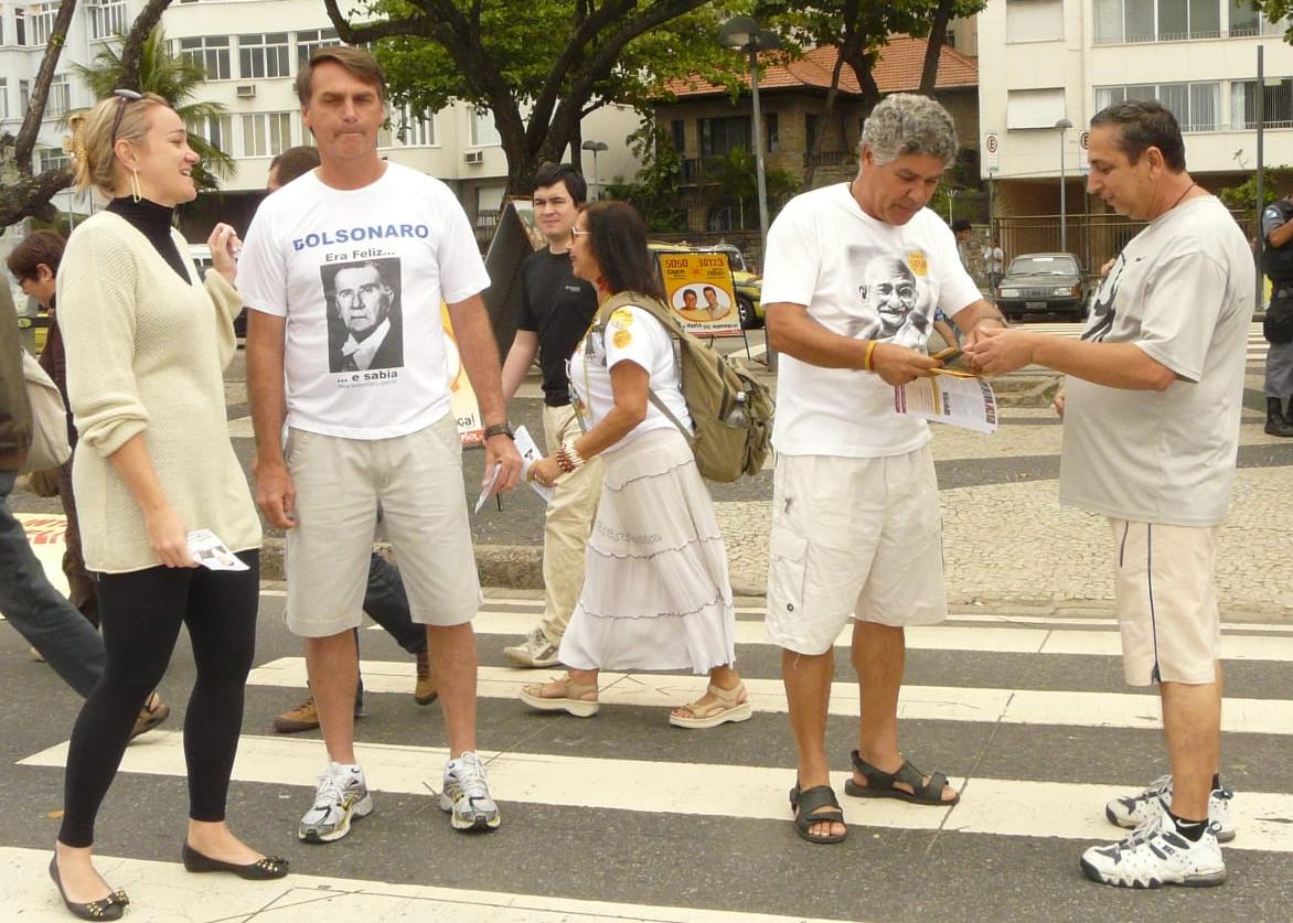 À esquerda, Bolsonaro veste camiseta com rosto do ex-presidente militar Médici e, à direita, Chico Alencar (PSOL), veste camiseta com o rosto de Gandhi durante campanha de 2010 em Copacabana