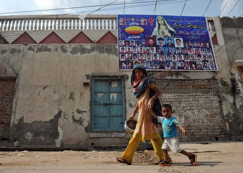 گوجرہ میں ایک مسیحی خاتون اپنے بچے کے ہمراہ