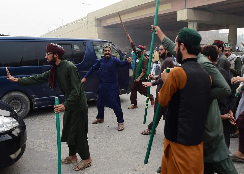 سپریم کورٹ سے آسیہ بی بی کی بریت کے بعد تحریکِ لبیک کے حامیوں نے سڑکیں بند کر دیں