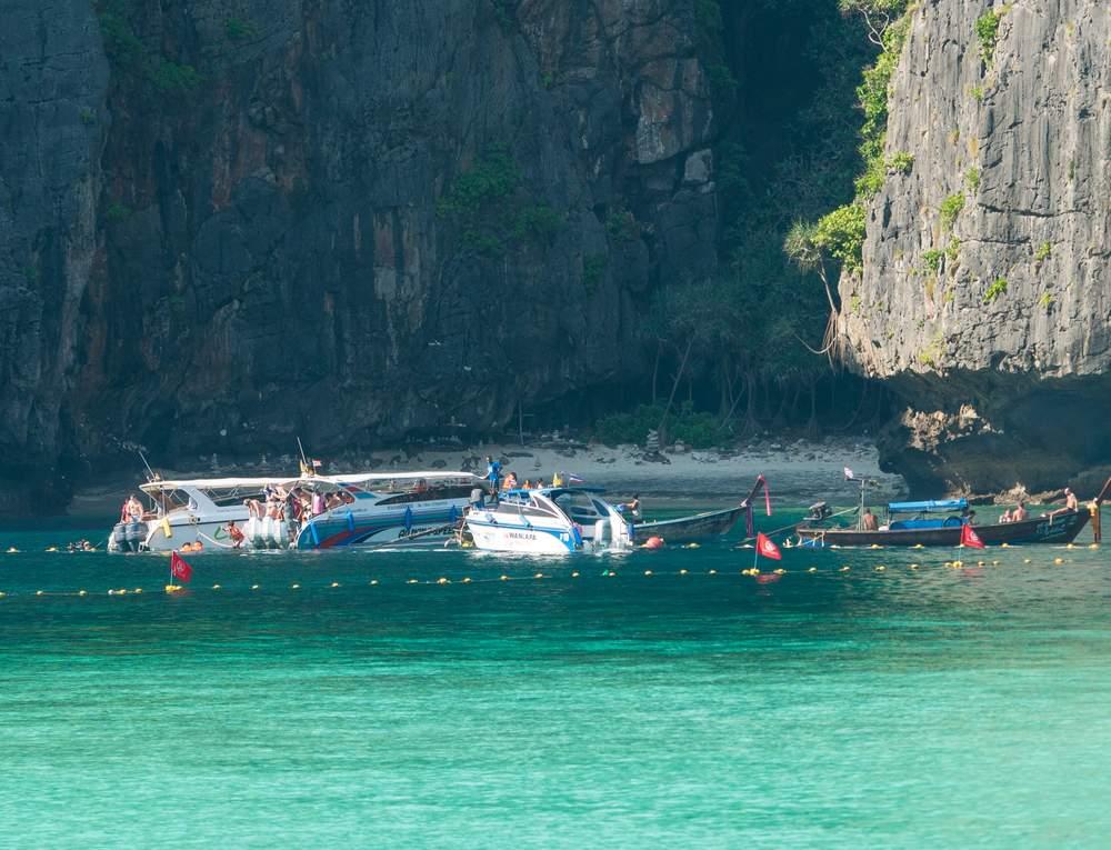 Os barcos de turismo só podem ir até a linha demarcada