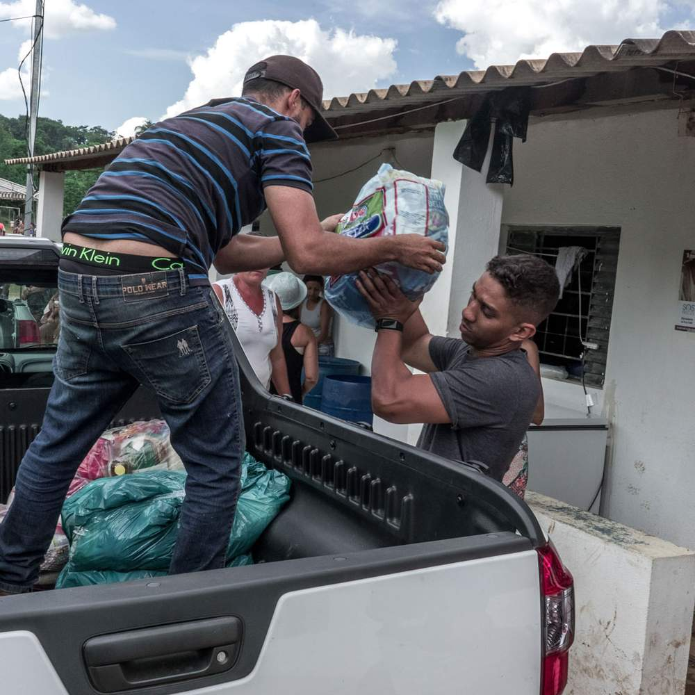 Продовольствие распределяется среди сотен семей, оставшихся без крыши над головой