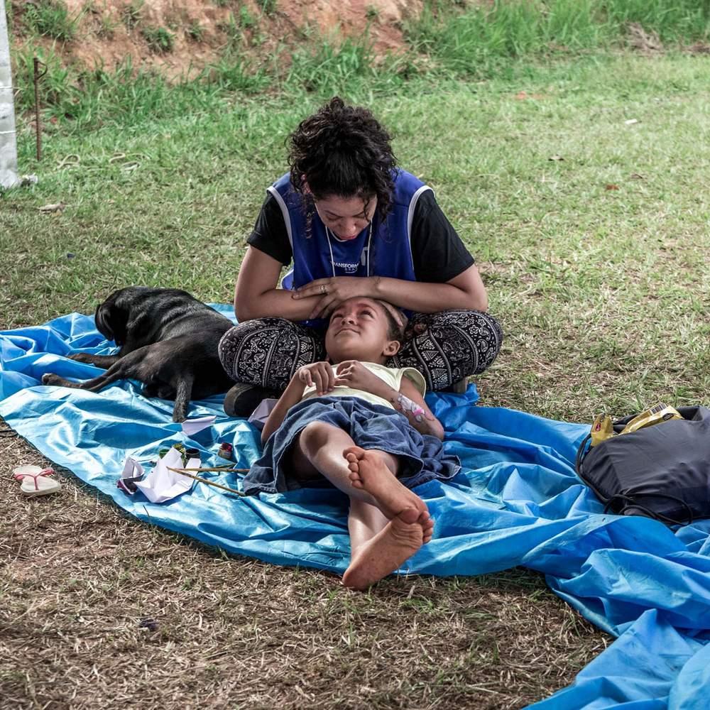 Волонтер с одним из многих детей, оставшихся без крова