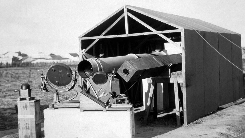 Os britânicos levaram instrumentos que permitem projetar os raios solares sobre um ponto fixo. Dois espelhos móveis refletiam a imagem do sol para os telescópios. Foto: Science Museum