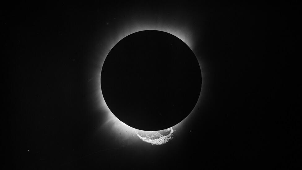 Comparando a posição das estrelas Híades no céu durante o eclipse e, depois, à noite, os cientistas confirmaram que Einstein estava certo sobre a gravidade. Foto: National Maritime Museum London