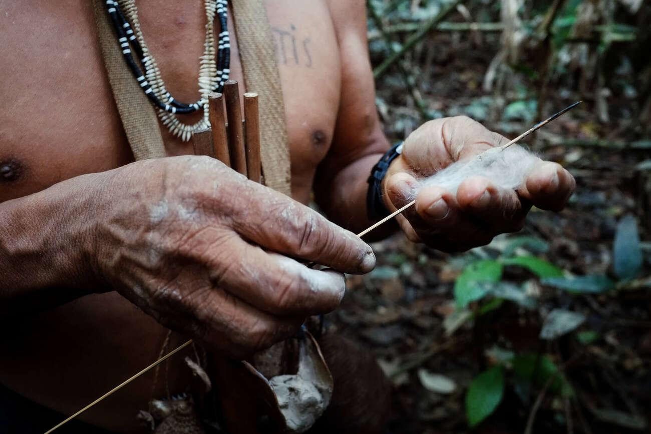 Indígena del Amazonas manipula un arma de caza