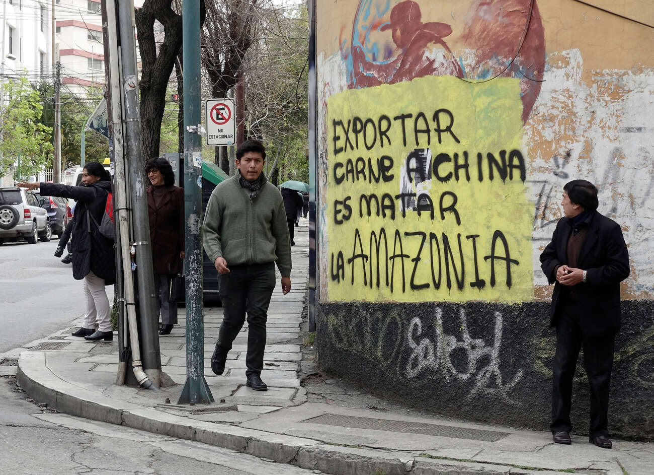 """Muro em rua de La Paz com frase que diz: """"Exportar carne à China é matar a Amazônia"""""""