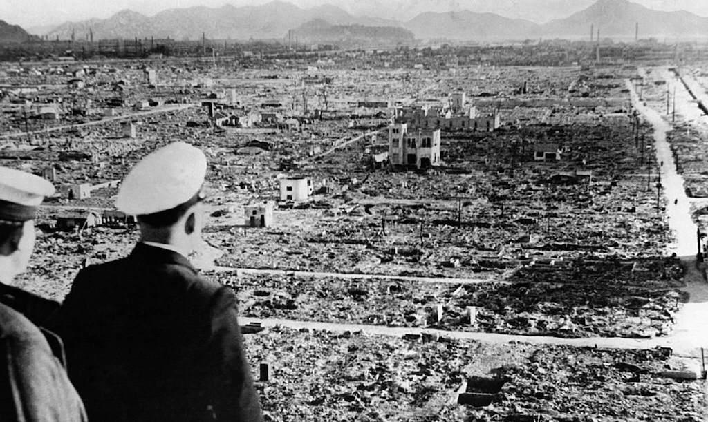 Militares observando la destrucción de Hiroshima