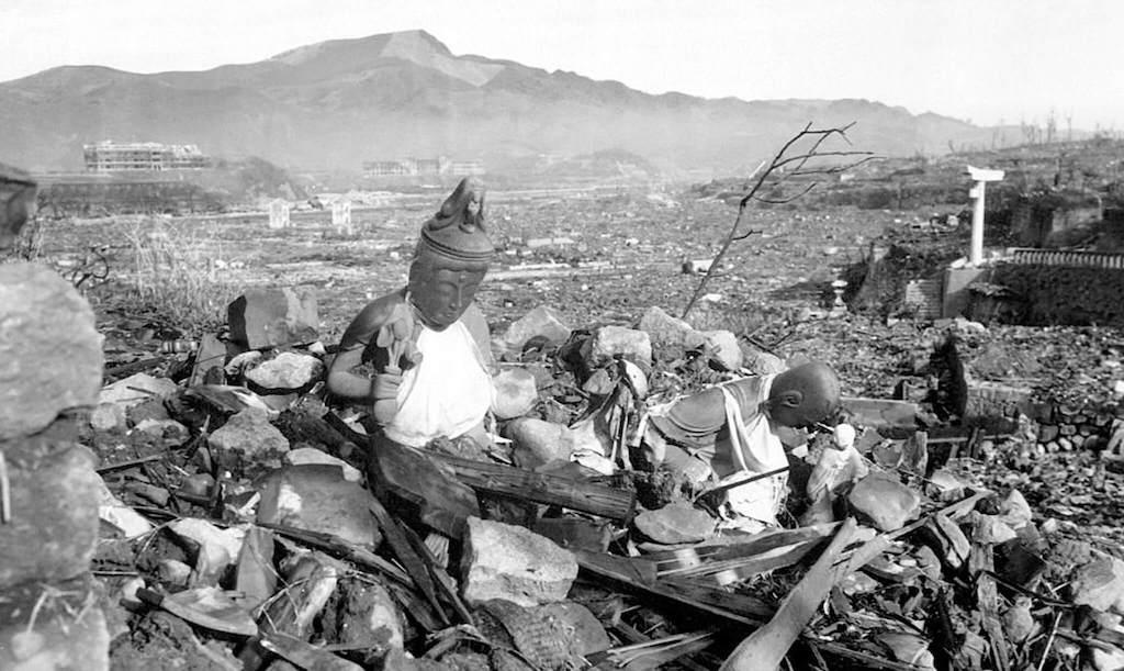 Estatuas entre los escombros de Nagasaki