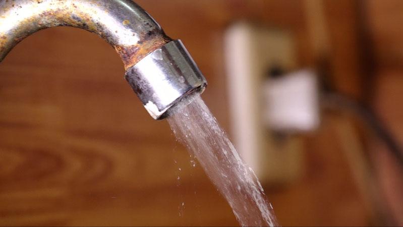 PDAM hanya memenuhi 40% kebutuhan air warga Jakarta.