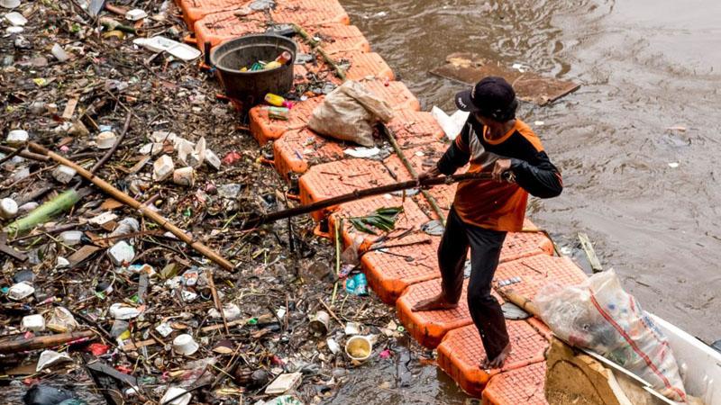 Tim Oranye membersihkan salah satu sungai di Jakarta.