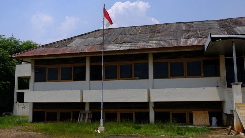 Sebuah bangunan di Muara Baru yang sebagian besar lantai satunya sudah terbenam.