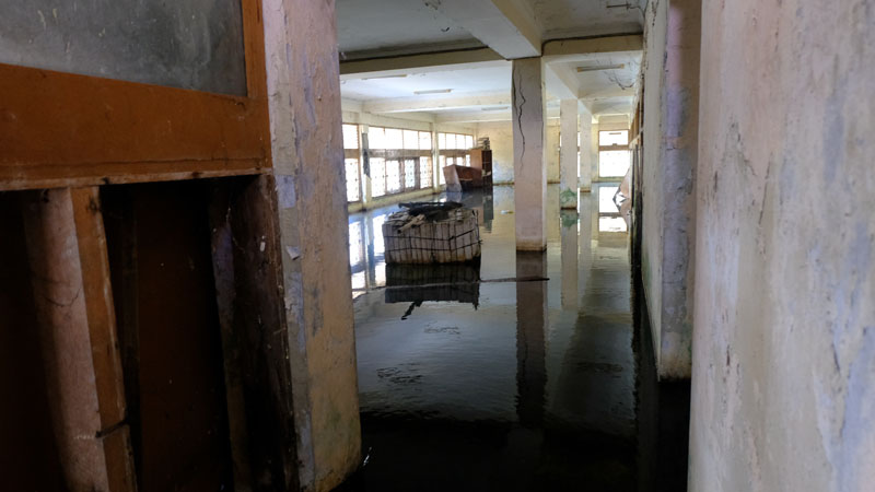 Suasana lantai satu gedung yang digenangi air.