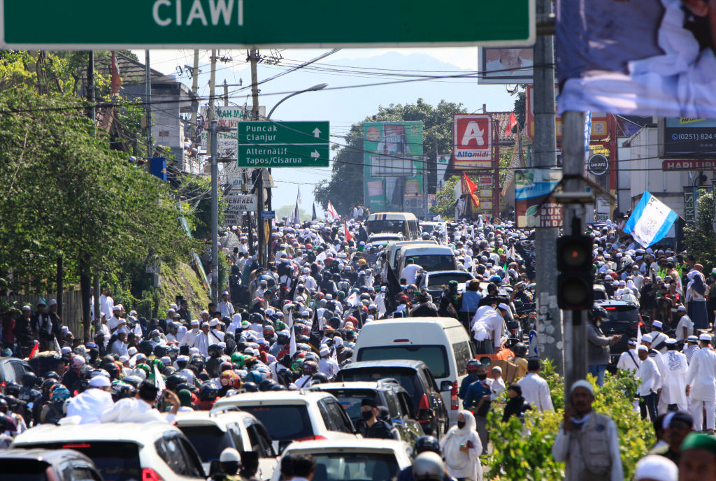 Ilustrasi kerumunan massa pendukung Rizieq Shihab di Megamendung.