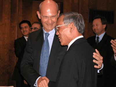 Tổng Giám đốc WTO Pascal Lamy và Bộ trưởng Thương mại Việt Nam Trương Đình Tuyển.