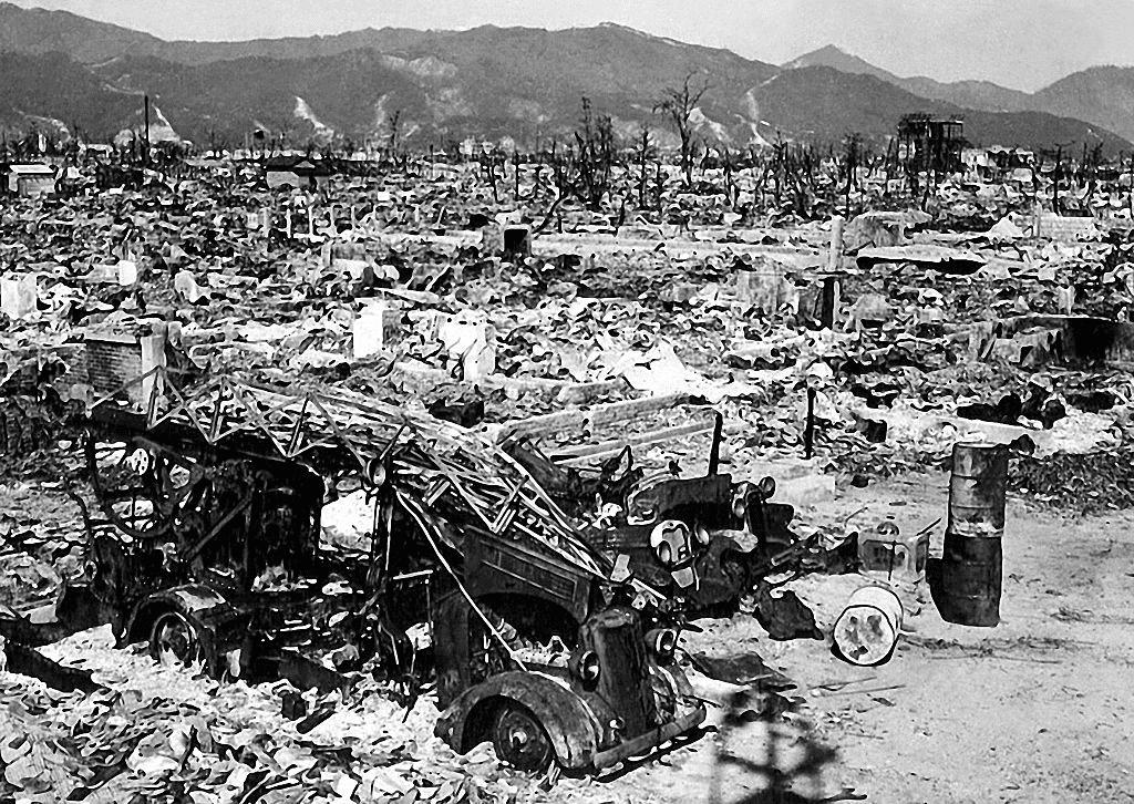 1945年8月,美國轟炸機在廣島投下原子彈。日本隨後表示無條件投降,並撤出中國。
